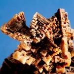 Stalagmit solny w formie choinki intensywnie zabarwionej tlenkami żelaza