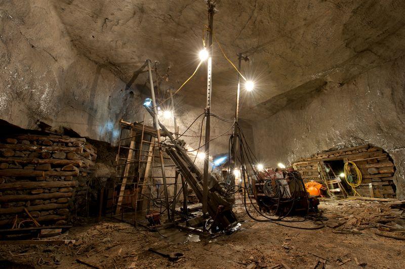 komory Aleksandrowice, wrzesień 2011 r. Na fotografiach widać postęp prac oraz urządzenia wiertnicze w czasie tworzenia otworu wentylacyjnego