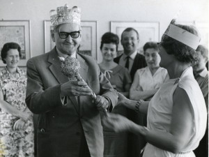 Alfons Długosz pośród pracowników Muzeum, Spotkanie imieninowe 1966-r., arch. Muzeum Żup Krakowskich Wieliczka