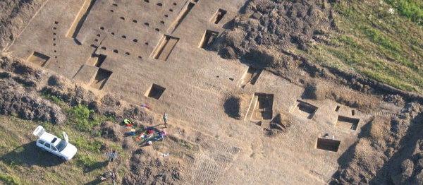 Zdjęcie lotnicze wykonane podczas badań wykopaliskowych w obrębie pasa autostrady. Fot. Adam Golański a