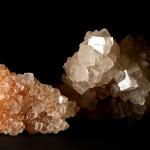 Przykłady skupień halitu w postaci bezładnie poprzerastanych kryształków. Różowe przebarwienie związane jest z obecnością tlenków żelaza