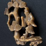 Figurka Cao Guojiu pod drzewem sosny, Chiny,  kon. XVIII, Muzeum Geologiczne Instytutu Nauk Geologicznych Uniwersytety Jagiellońskiego