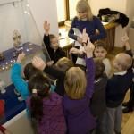 dzieci-poznają-obiekty-na-wystawie-Solniczki-małe-arcydzieła-sztuk-mi
