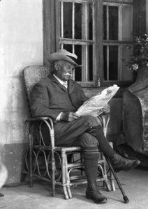 Stanisław Niedzielski, właściciel dworu w Śledziejowicach siedzący na ganku, 1931 rok, NAC