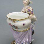 Solniczka porcelanowa, figuralna, kobieta z wazą, Miśnia, II poł XIX w