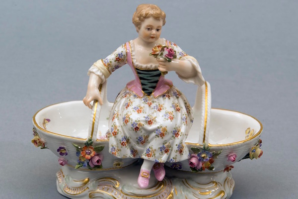slide solniczka porcelanowa figuralna, kobieta z koszami, Miśnia, XIX w - pocz. XX w. 600 400